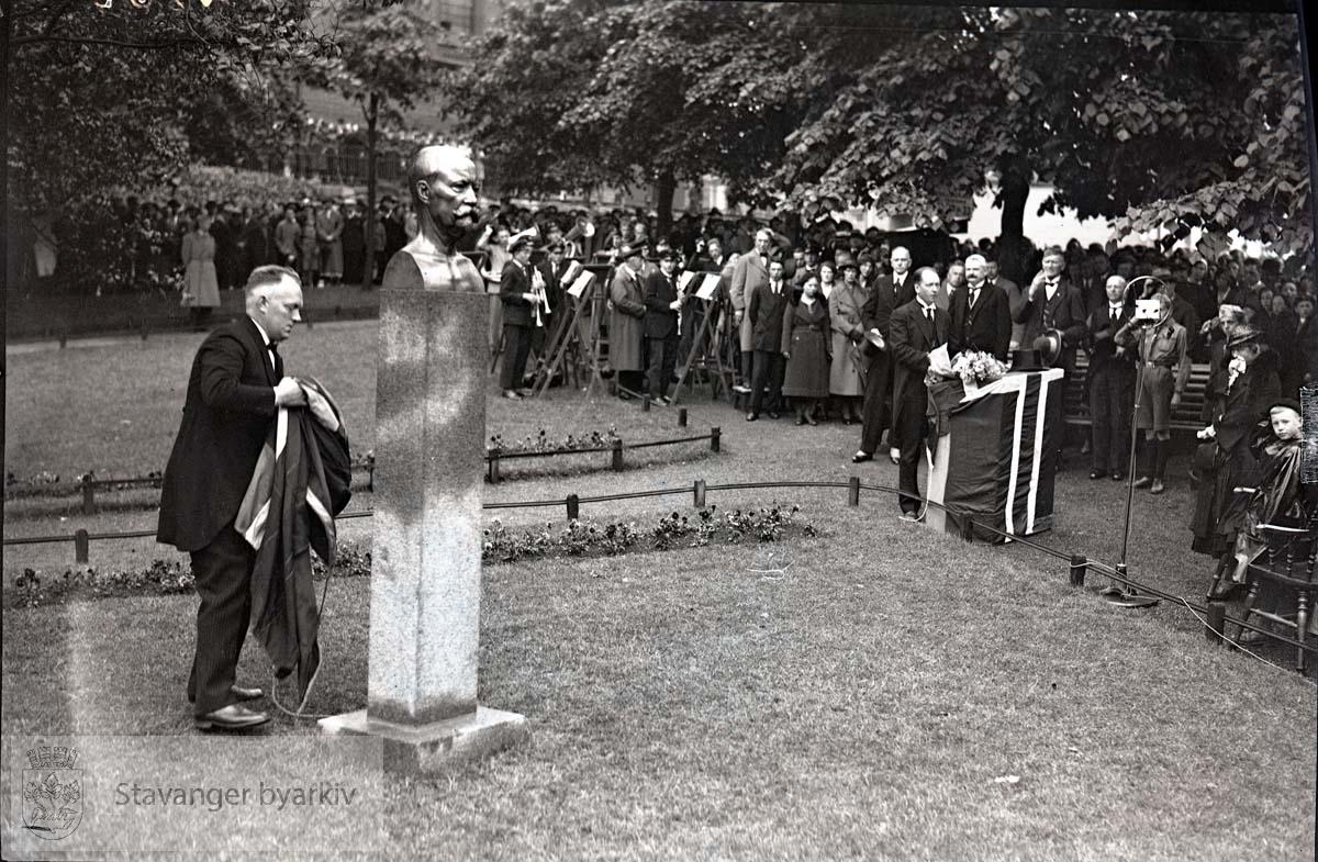 L.W. Hansen og Bertram C. Middelthon bak taleren til høyre. Korps og speidere til stede.