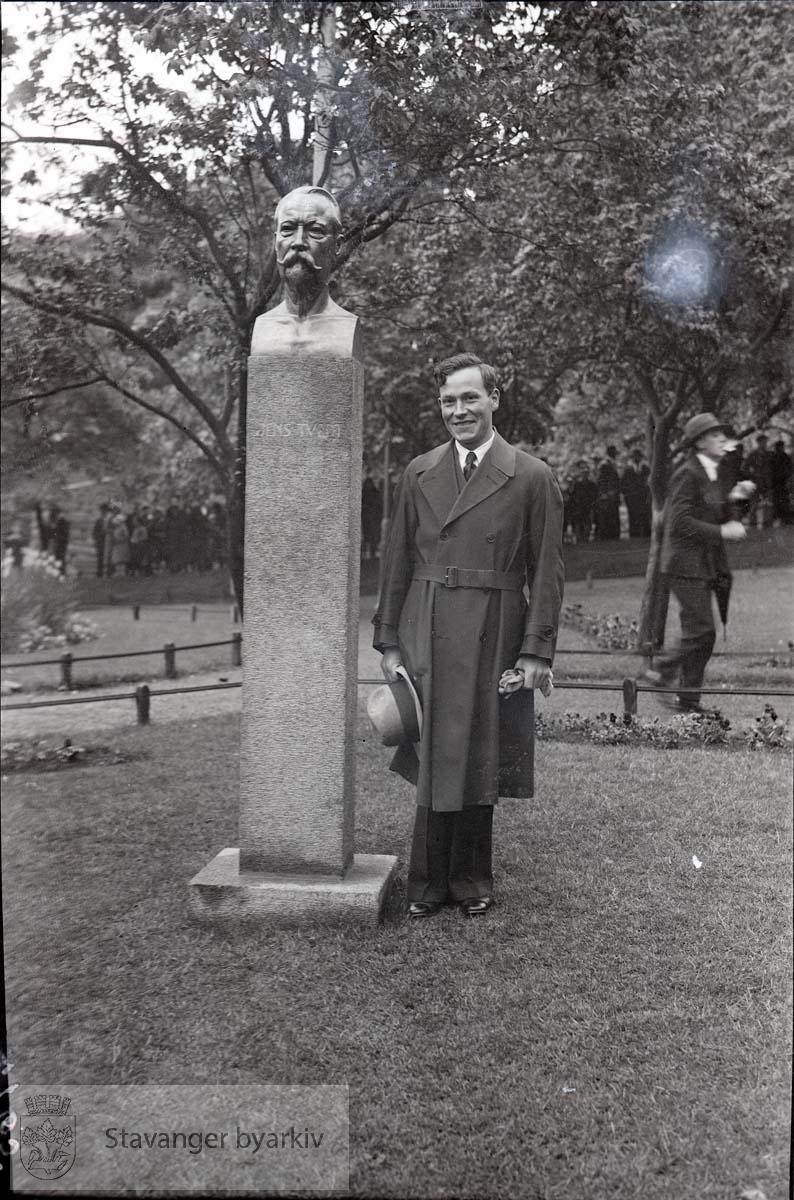 Billedhugger Ståle Kyllingstad avbildet ved siden av statuen.