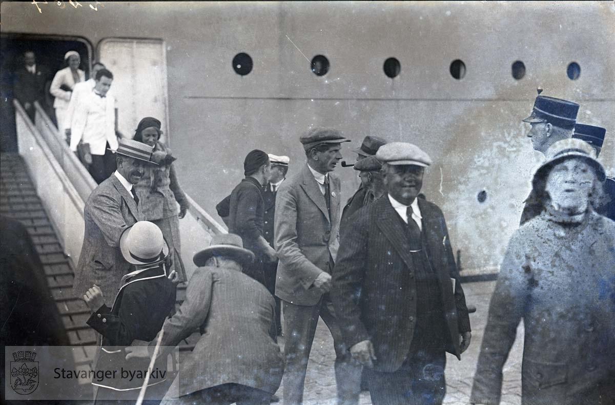 """Amerikabåten """"Stavangerfjord"""". Passasjerer går i land. ..Strandkaian"""