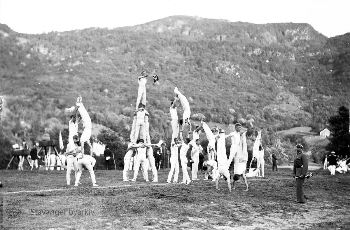 Vikedals-filmer..Turnere i akrobatisk formasjon