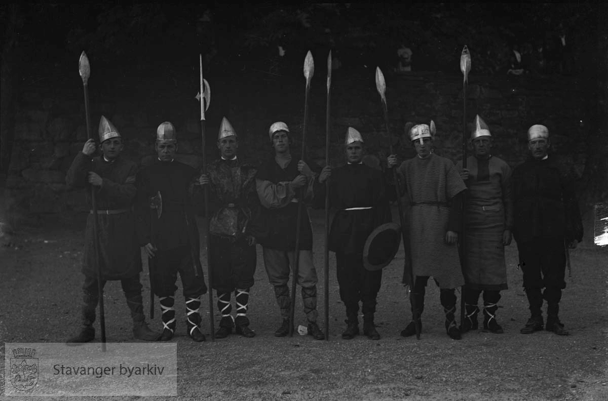 Varemessens opptog, vikinger.. .Folk utkledd som vikinger som underholdningsinnslag under Norges varemesse i Bjergsted.