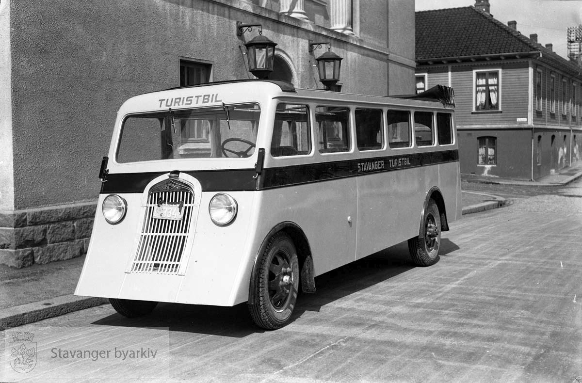 Stavanger Turistbil, turistbuss utenfor Folken.Huset på hjørnet ved Ny Olavskleiv der Radisson Blu Royal Hotel ligger i dag er Frøkenstiftelsen eller Jomfrustiftelsen.