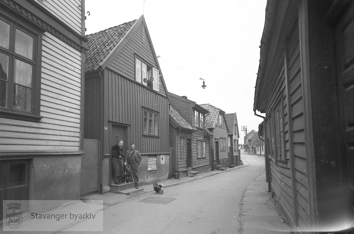 Herluf Jensens bolig, Øvre Strandgate 94..Fra venstre: Øvre Strandgate 92 , 94 , 96 , 98 og 100.Til høyre: Øvre Strandgate 83