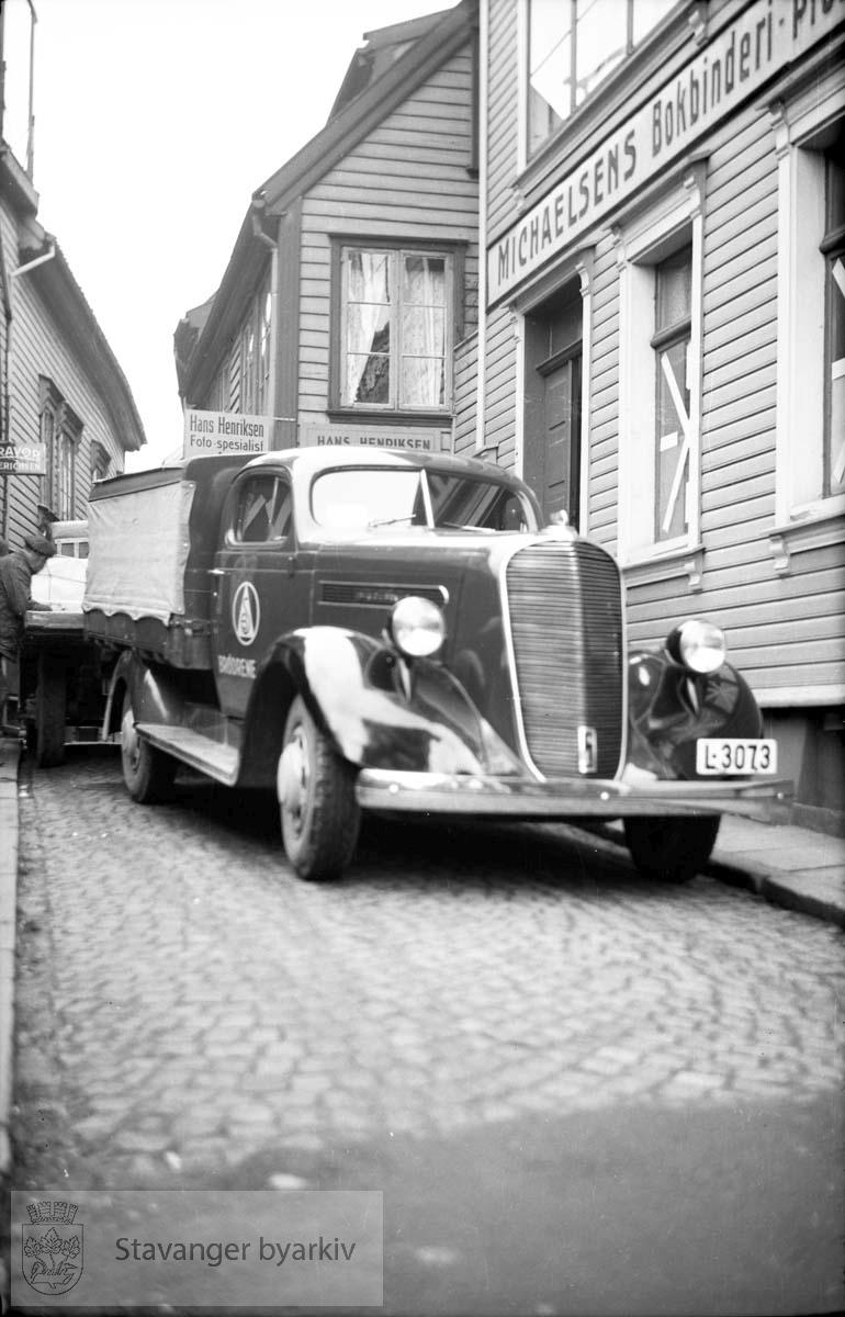 Biler utenfor Hans Henriksens forretning i Steinkargata.L-3073