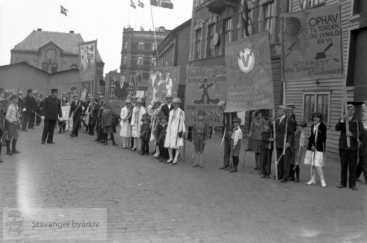 17. mai.Russen, med banner.Tollboden i bakgrunnen