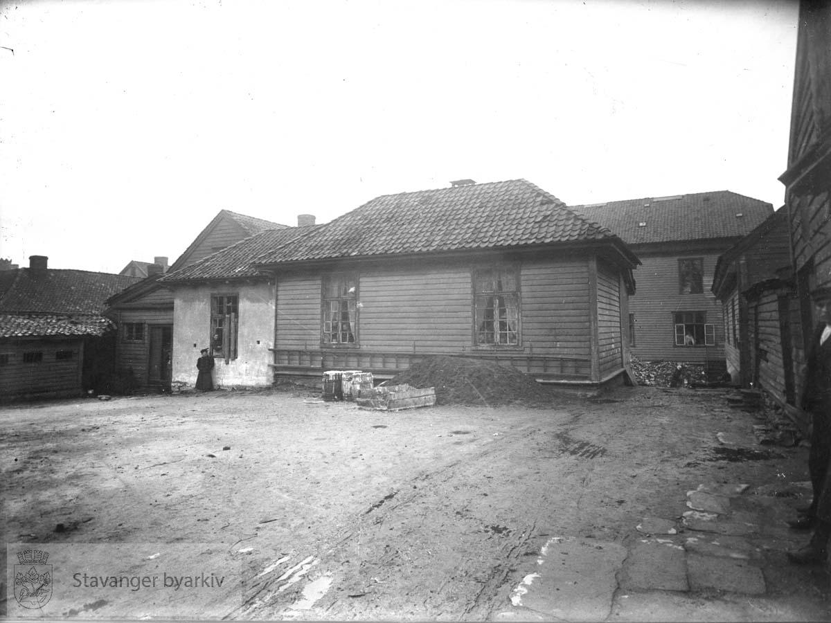 """Midt på bildet """"Hospitalet"""" eller """"Spindhuset"""". I bakgrunnen sykehuset. Til høyre """"Dollhuset""""..Bildet er etter alt å dømme tatt under rivningen i 1897-98."""