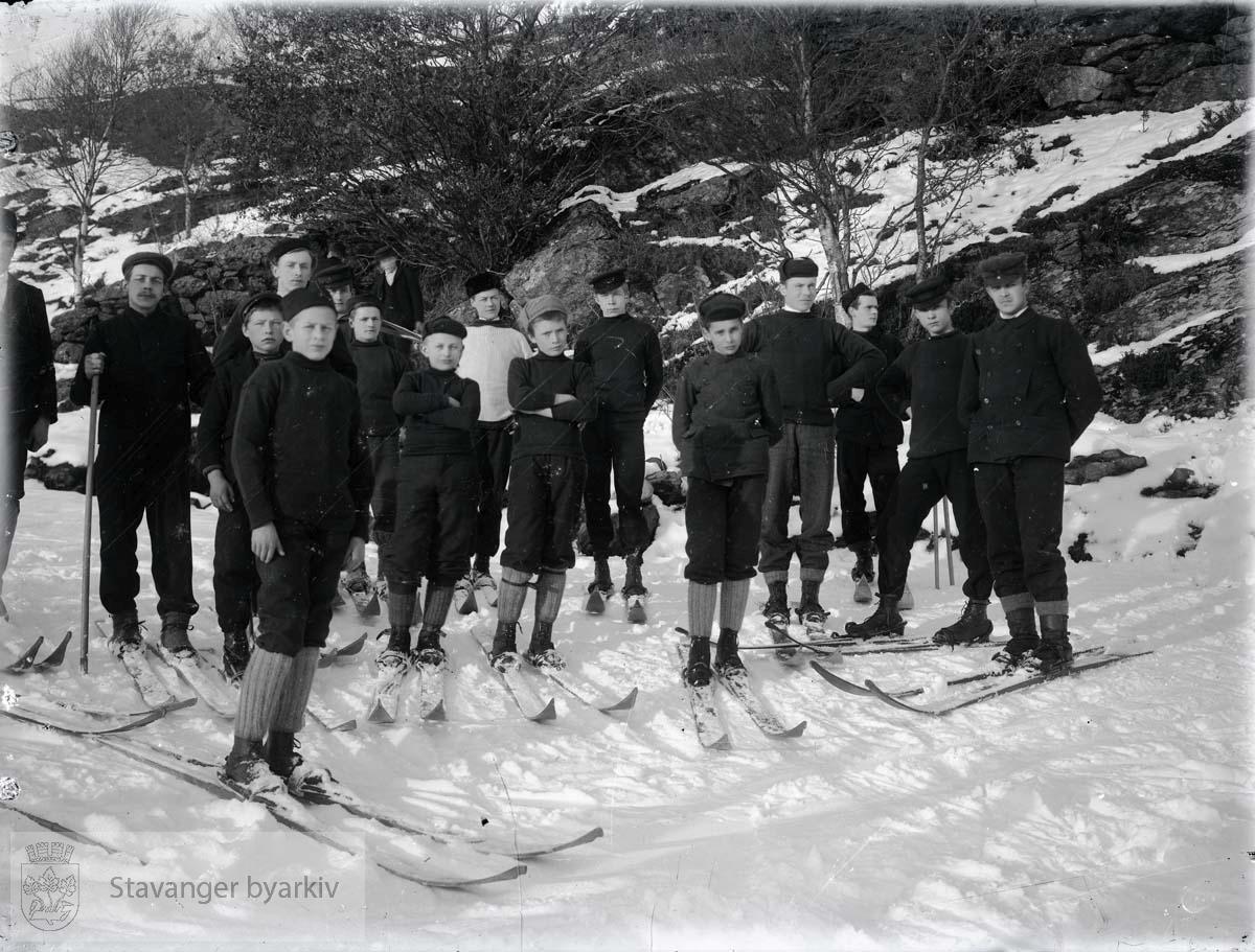 Gruppe skiløpere på tur