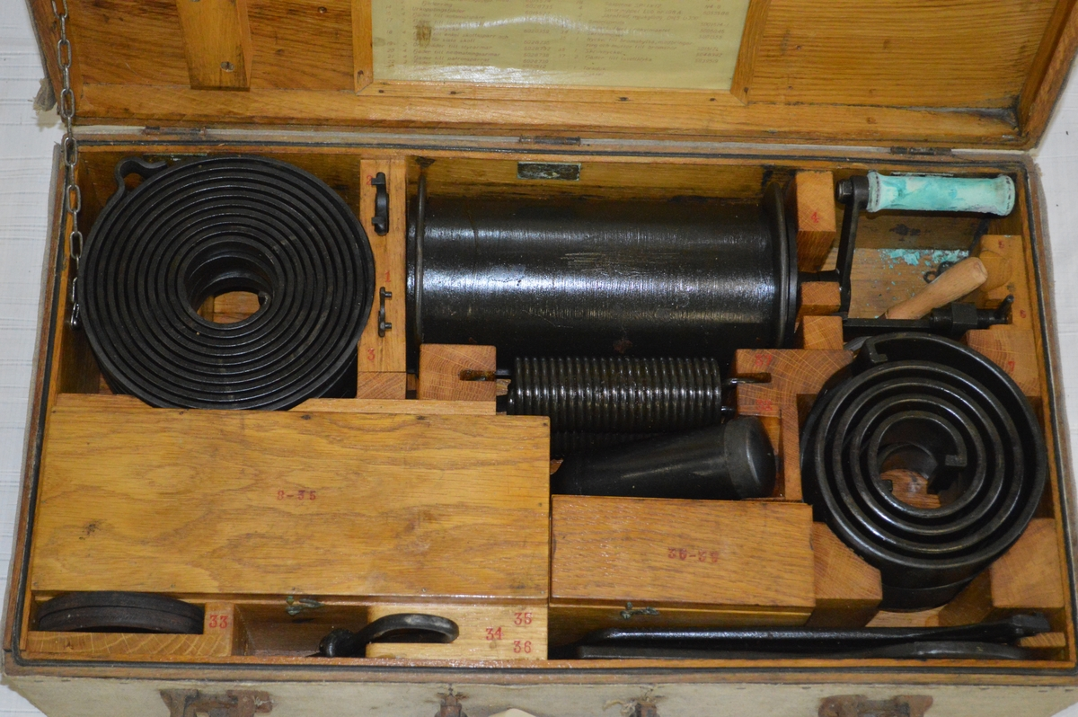 Träåda med innanmäte av ek med reservdelar och verktyg.