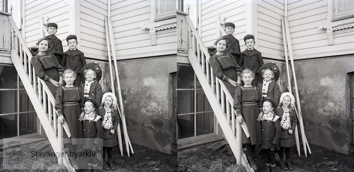 Stereofotografi...Bakerst står Wilhelm Smith. Foran ham står Alvilde Smith og Ditlef Smith? Nedenfor dem står Sofie Smith og ? med hatt. Forerst står gutt ? og Borghild Eckhoff..Bildet er tatt ca. i 1910.