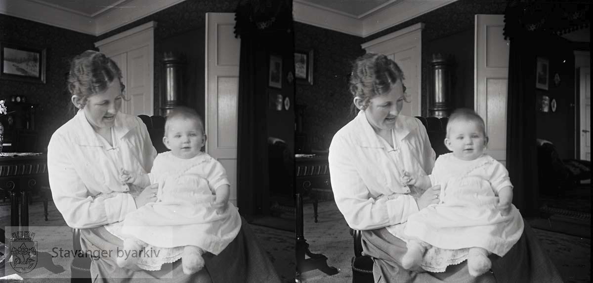 Stereofotografi..Nicoline Eckhoff med sin datter Solveig Margrethe Eckhoff født 15.08.1920.