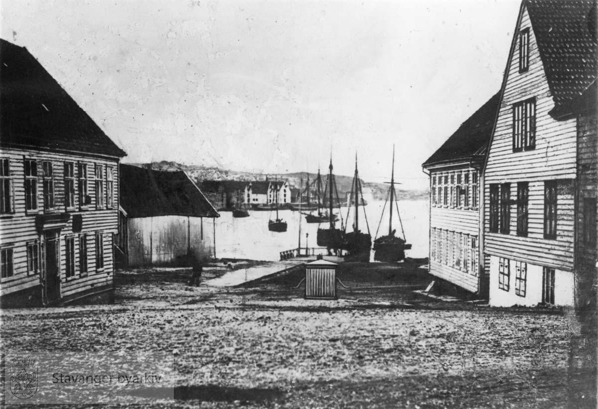 Mortepumpen tegnet inn i midten av bildet. Den ble revet i 1865. Bildet må derfor være tatt etter dette.