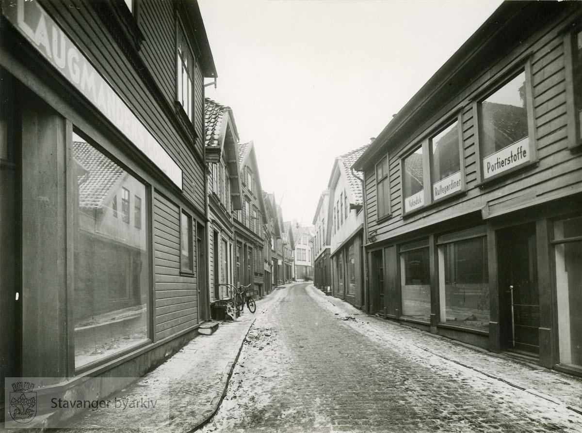 Fra venstre og innover: Øvre Strandgate 8, 10 og 12..Fra høyre og innover: Øvre Strandgate 3, 5 og 7