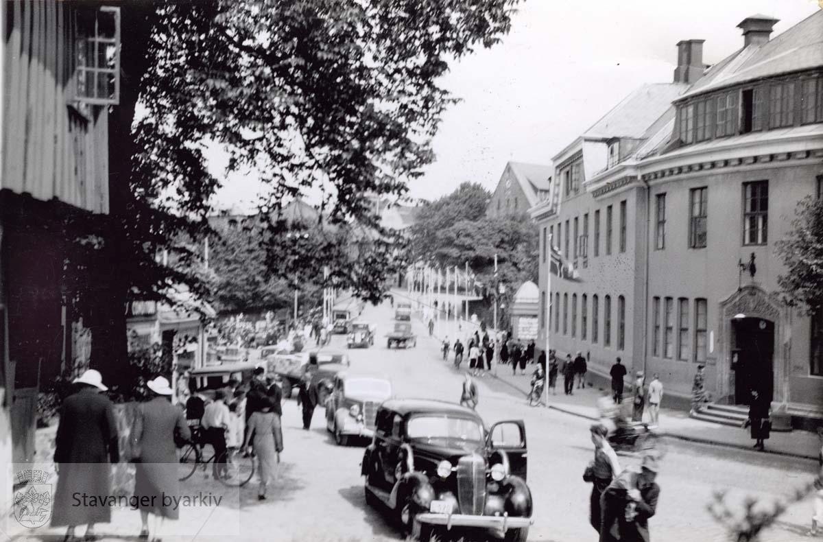 Fra Kirkegårdsstredet. Posthuset til høyre.