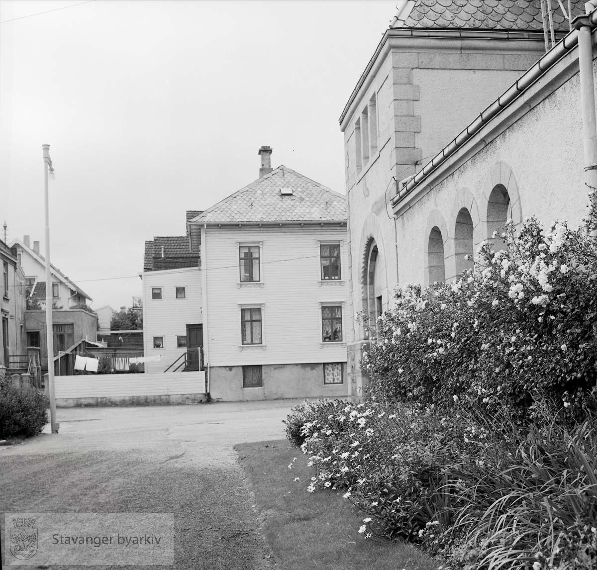 Parti av Johanneskirken ved Høgsfjordgata. I bakgrunnen Høgsfjordgata 9a (murhuset til venstre), Sandsgata 79 i midten og litt av Sandsgata 77 bak den igjen.