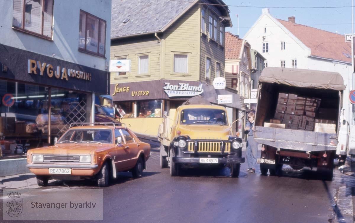Biler i Østervåg.Rygja Maskin til venstre, Jon Blund sengeutstyr midt i bildet