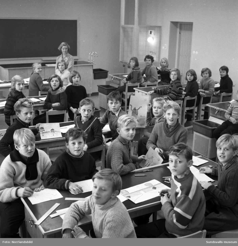 Interiörbilder med elever i Bergsåkers skola samt en bild på den tomma skolgården.