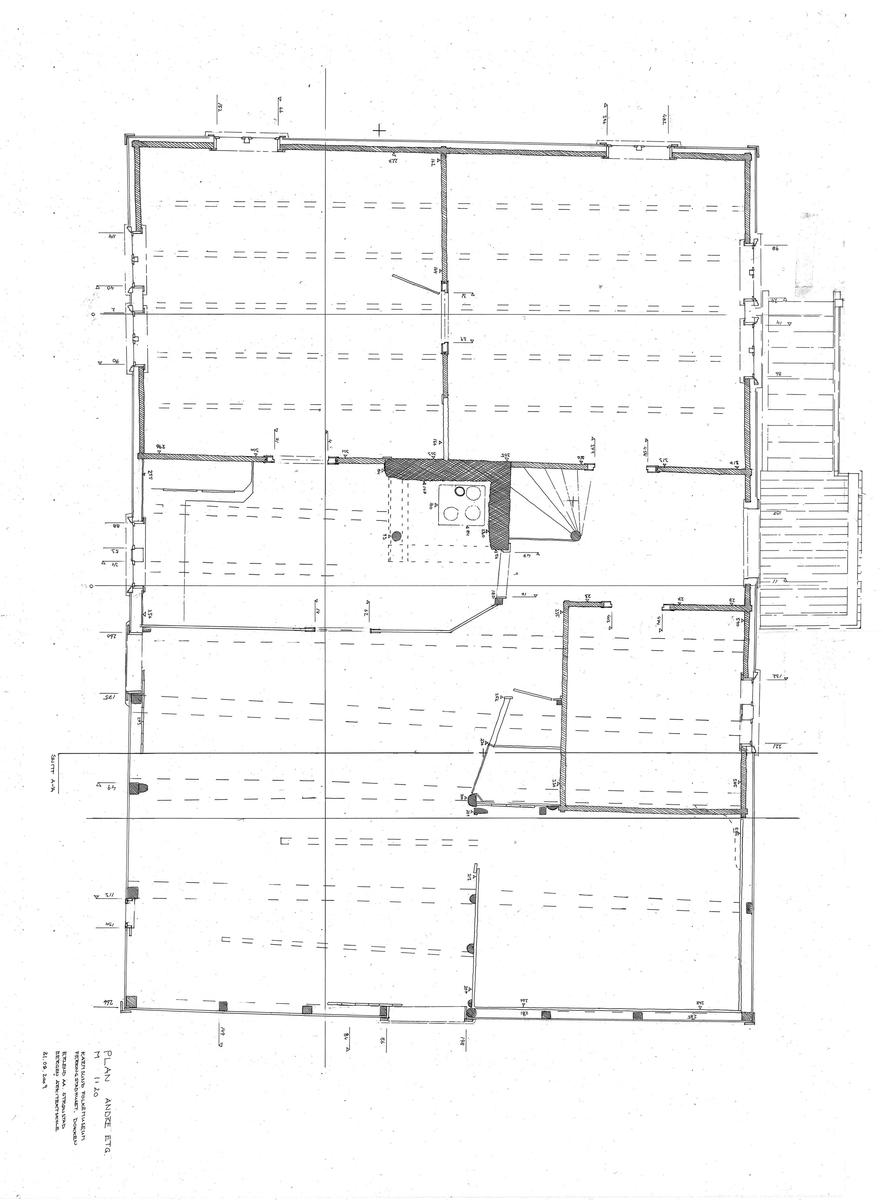 Sjøhuset er reist på murer ute i sjøen for at båter skulle kunne legge til ved portene. Det er satt opp av sammentappet, panelt bindingsverk. Boligrommene er av suet sinklaftet plank. Taket har åskonstruksjon med sutak av over- og underslag.  Merk det tunge skorsteinsmassivet som hviler på fire tresøyler!  På fasadene mot land har huset tømmermannspanel i 1.etg. Resten av bygningen har vestlandspanel med sparsomme dekorative detaljer i sen