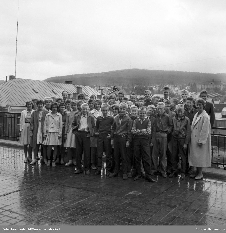 Elever från Bispgårdens skola besöker Dagbladet. Gruppfoto på tidningens terass.