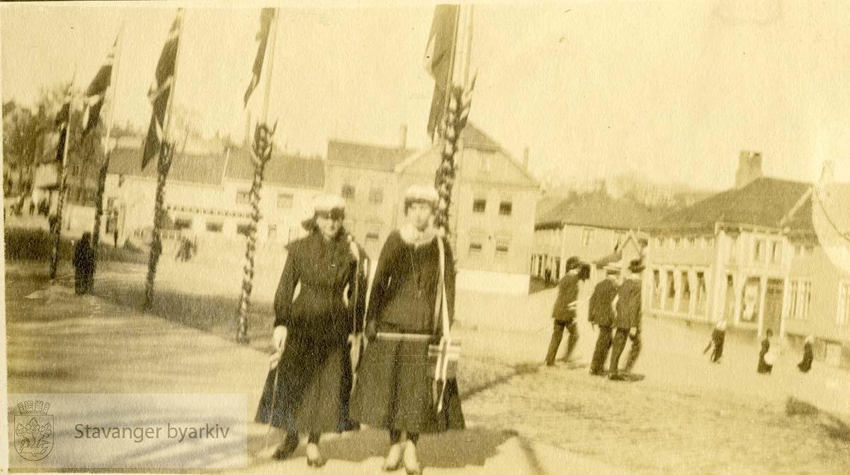 To studiner ved flaggstengene på torget.Kleiva.Kleiven.Kleivå