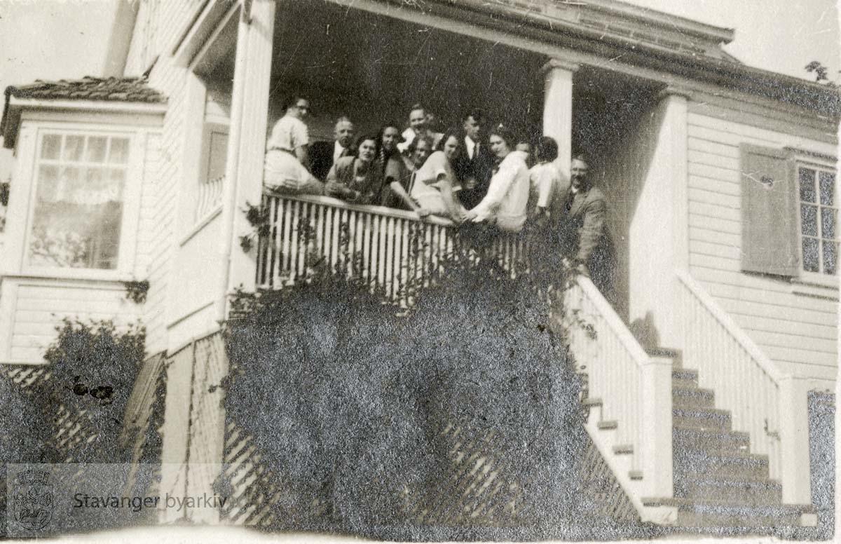 Gruppe på terrasse ved trapp.