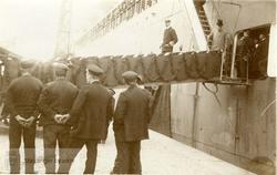 Kong Haakon VII og mann i flosshatt forlater et passasjerski