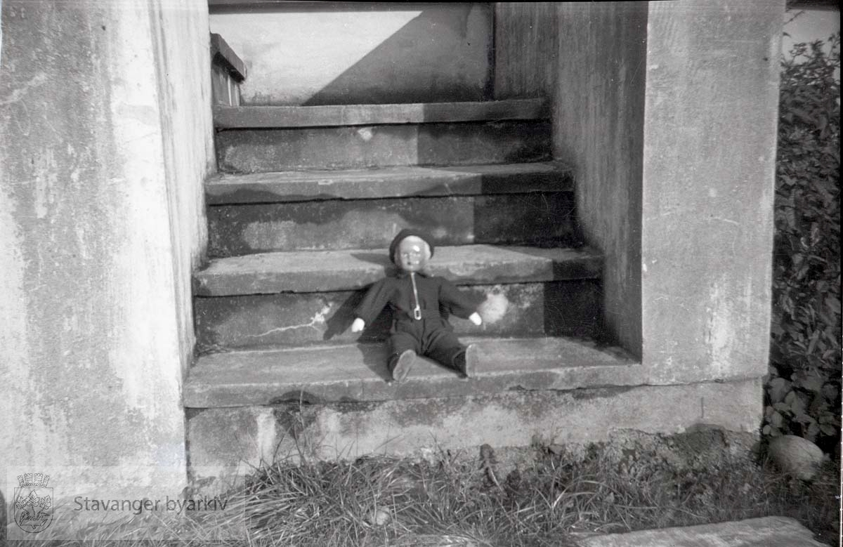 Dukke på trappa