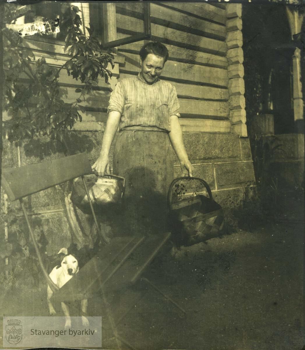 Kvinne med flettekurver (tjenestejente ved Holmeegenes?)