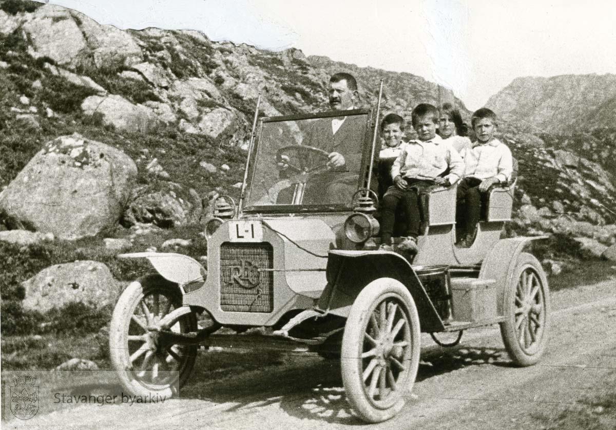 Fire barn som passasjerer.