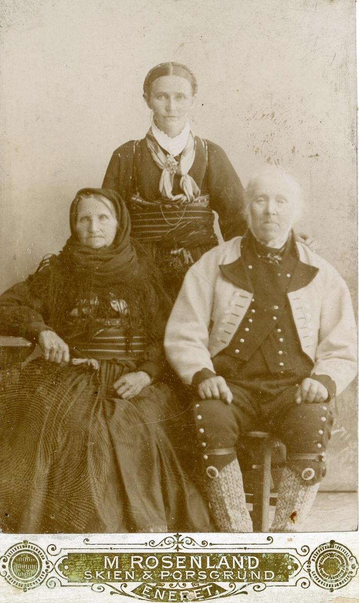 Gruppefoto av Halvor og Tone Jonsås med datter Margit Jonsås Prestholt bak.