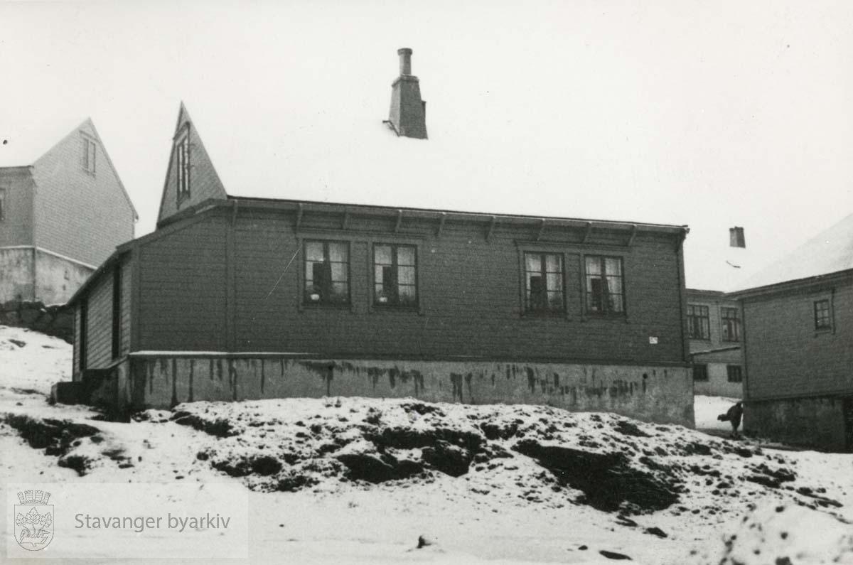 Hus beliggende i brakkebyen på Bakkeland. ..Provisoriske brakker ble oppført p.g.a. stor bolignød etter 1. verdenskrig, 1917-1918. De ble stående helt til 1960-tallet..Bjergsted.