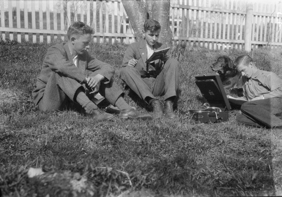 Tre menn i hagen på Linjordet - med grammafon