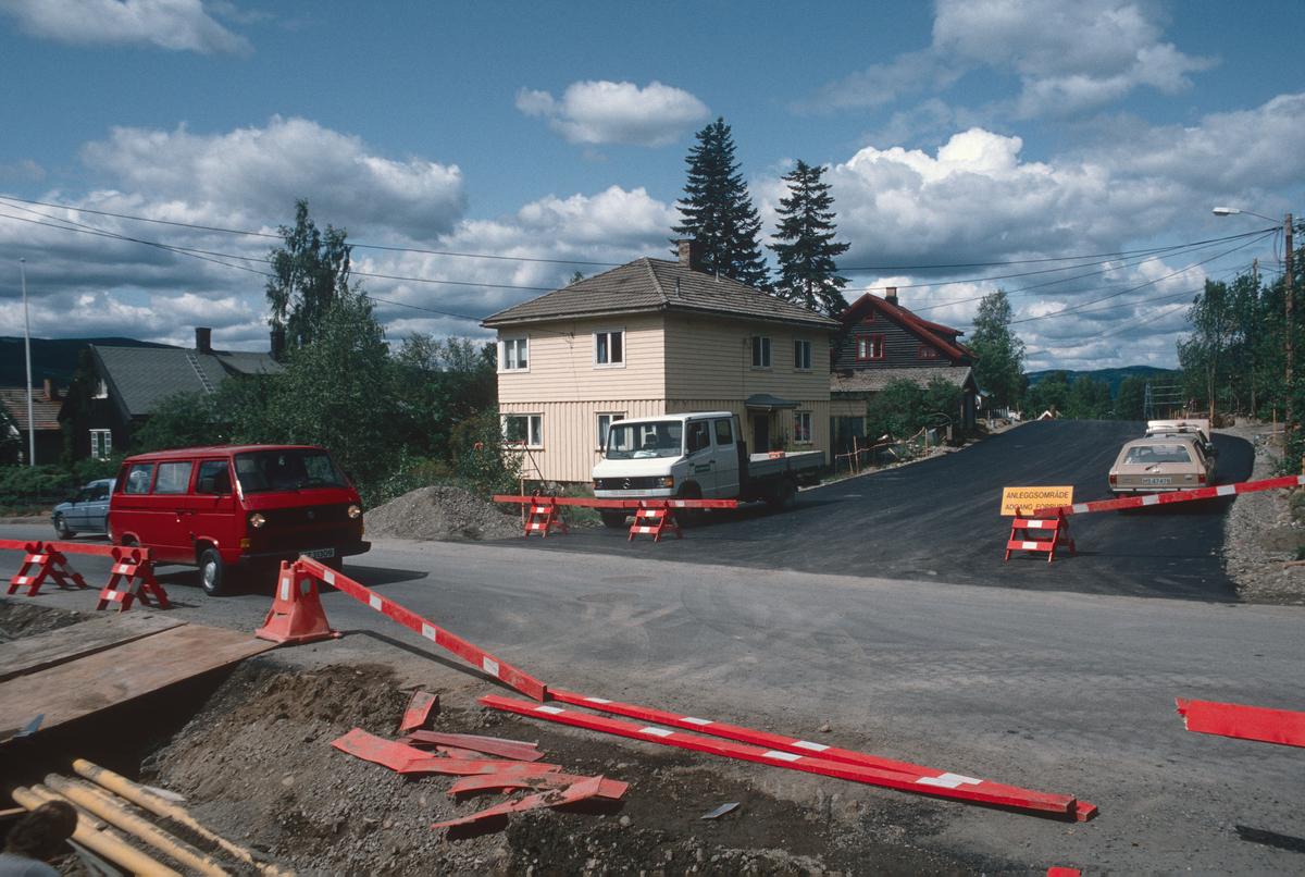 Lillehammer.  Maihaugvegen nord for Bankgata under anlegg (Nybu-forbindelsen).  Gatekryss.  Asfaltering.  Bankgata i forgrunnen.  Sett mot vest.
