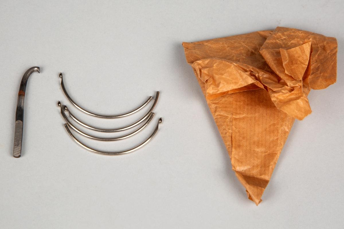 Posen inneholder 5 kroker (nåler), som kanskje har vært brukt i symaskina (?). Er svakt buet. 4 av nålene (krokene) er av samme kvalitet og størrelse 1 av grovere kvalitet og størrelse.
