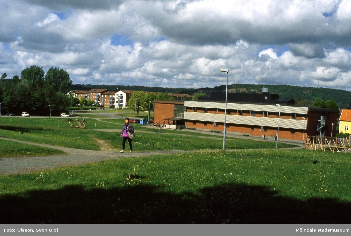 Skolbyggnaden Fässberg B vid Terrakottagatan i Bosgården, Mölndal, i maj 2000. Numera huserar byggnaden Montessoriskolan Kvarnhjulet.