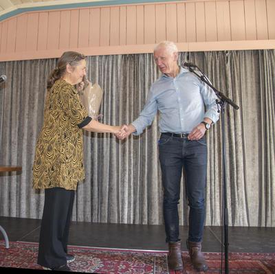 Ordfører Busterud takket vertsskapet i Røhnesalen, ved Kirsti Hougen, for at vi fikk feire bursdagen der.