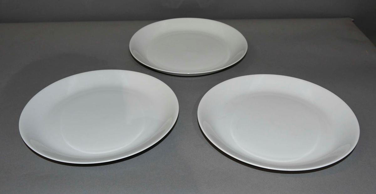 Servise av glassert keramikk. Består av skåler, tallerken og fat.