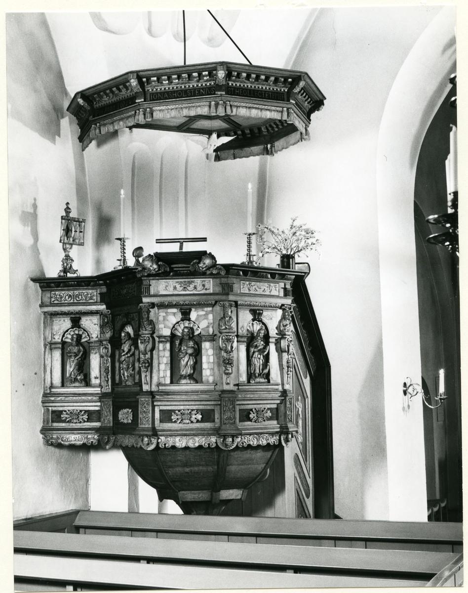 Badelunda sn, kyrkan. Predikstolen från 1655. 1983.