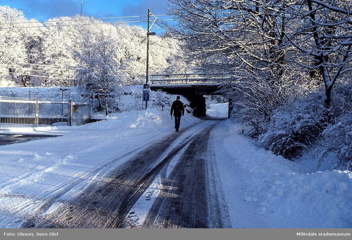 Bergfotsgatan i Lackarebäck, Mölndal, i december 2001. Undergången vid järnvägen i snö och rimfrost.
