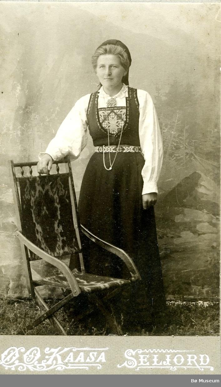 Atelierfoto av ukjent kvinne i folkedrakt.