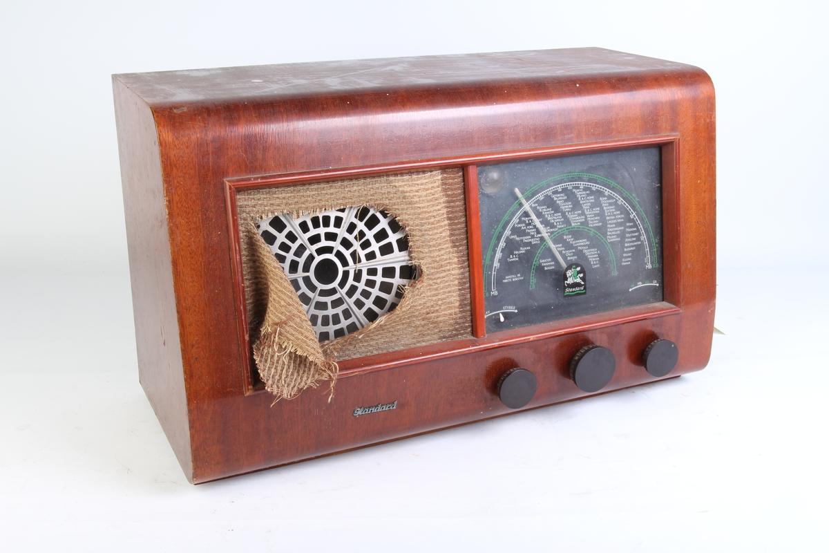 Rektangulær kasseradio med avrunede kanter.