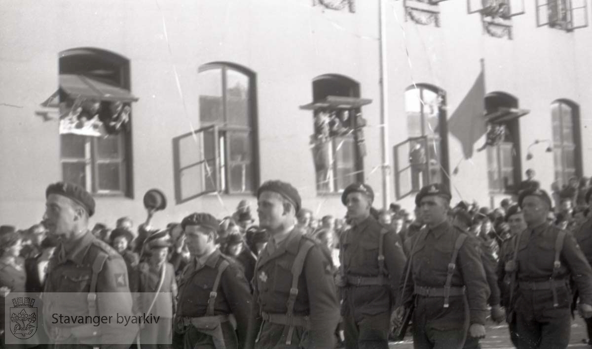 Tatt kort tid etter frigjøringen fra okkupasjonen , .2. verdenskrig. Fredsdagene 1945..Militærparade gjennom sentrum.