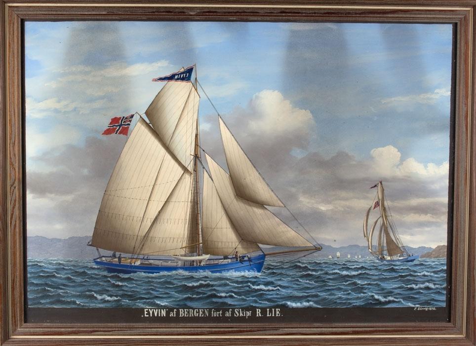 Skipsportrett av slupp EYVIN seilende i leden for babord halser, ses også slørende for styrbord halser. Ser flere råseiler i bakgrunnen.