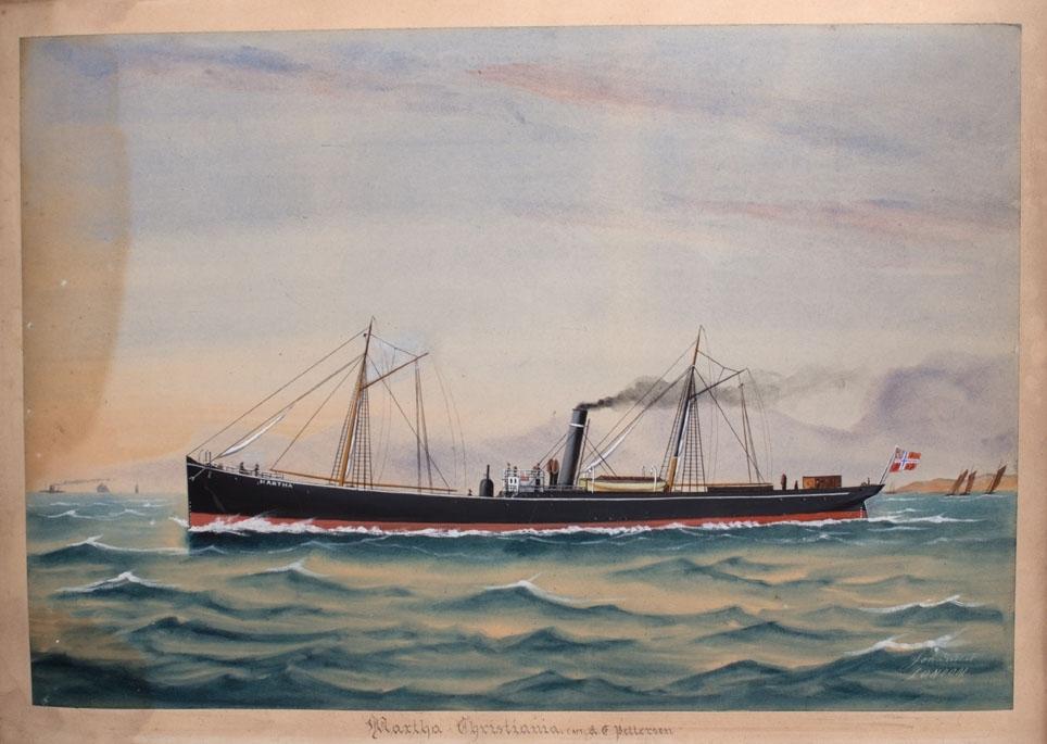 Skipsportrett av DS MARTHA av Christiania. Skipet sees i rom sjø, 9 mann på dekk.  Frittstående donkeykjel på fordekket. Norsk flagg med unionsmerke i skipets akter.