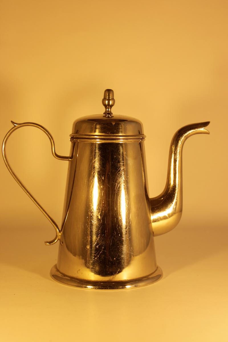 Plåtkanna för servering av kaffe. Svängd pip, utsirat handtag. Lock på gångjärn, locket har ett litet hål för vattenånga att passera ut genom.