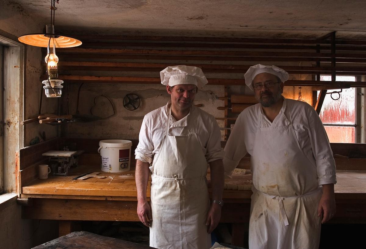 Två bagare i Skansens bageri i stadskvarteren.