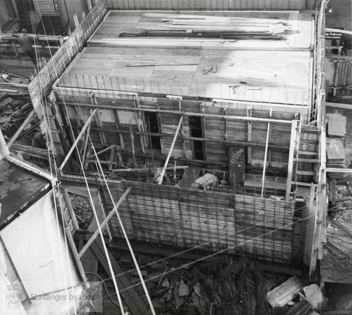 Forskalingsarbeid. Utvidelse og modernisering av Norem Baade i 1955. Bildet er tatt uta avisutklippsbok fra PA293 Utskilt fra PA293.
