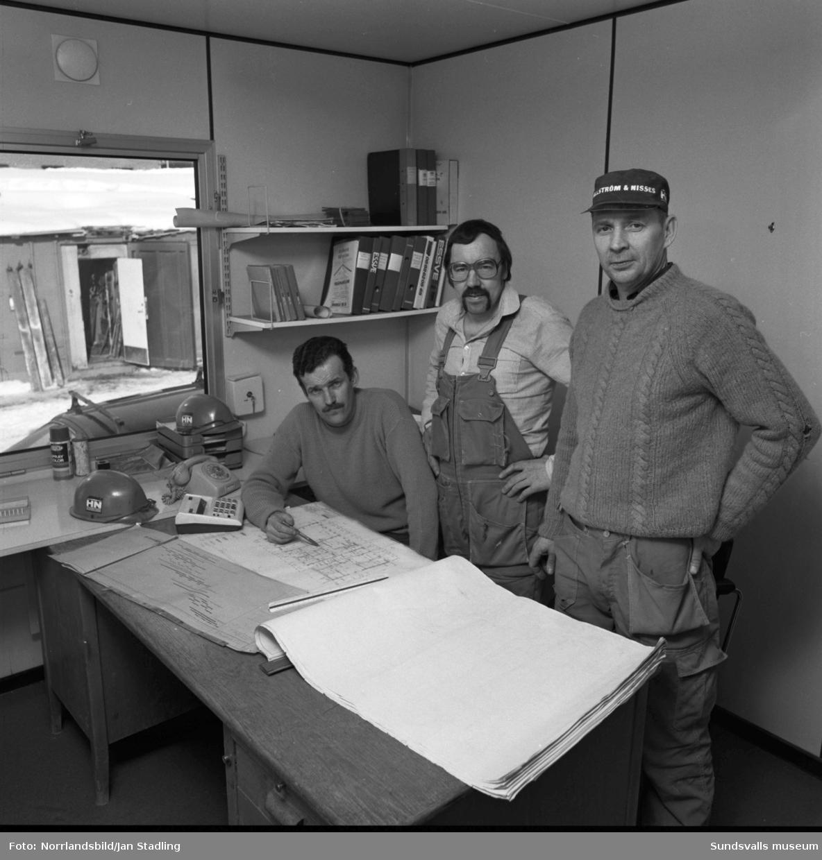 Byggkontor i Granloholm, tre män planerar arbetet.