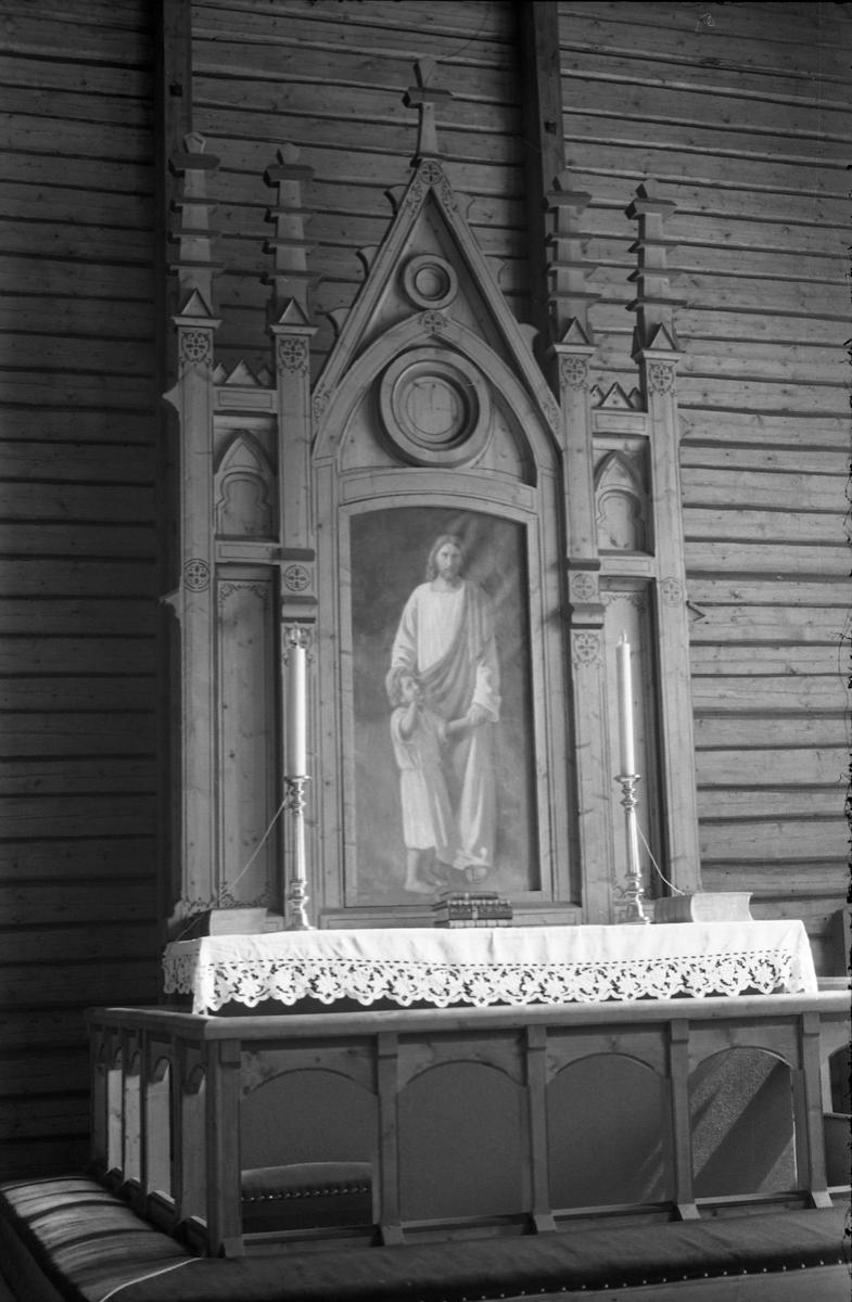 Tre bilder av alteret i Nordlien kirke i Østre Totenjuli/august 1957.