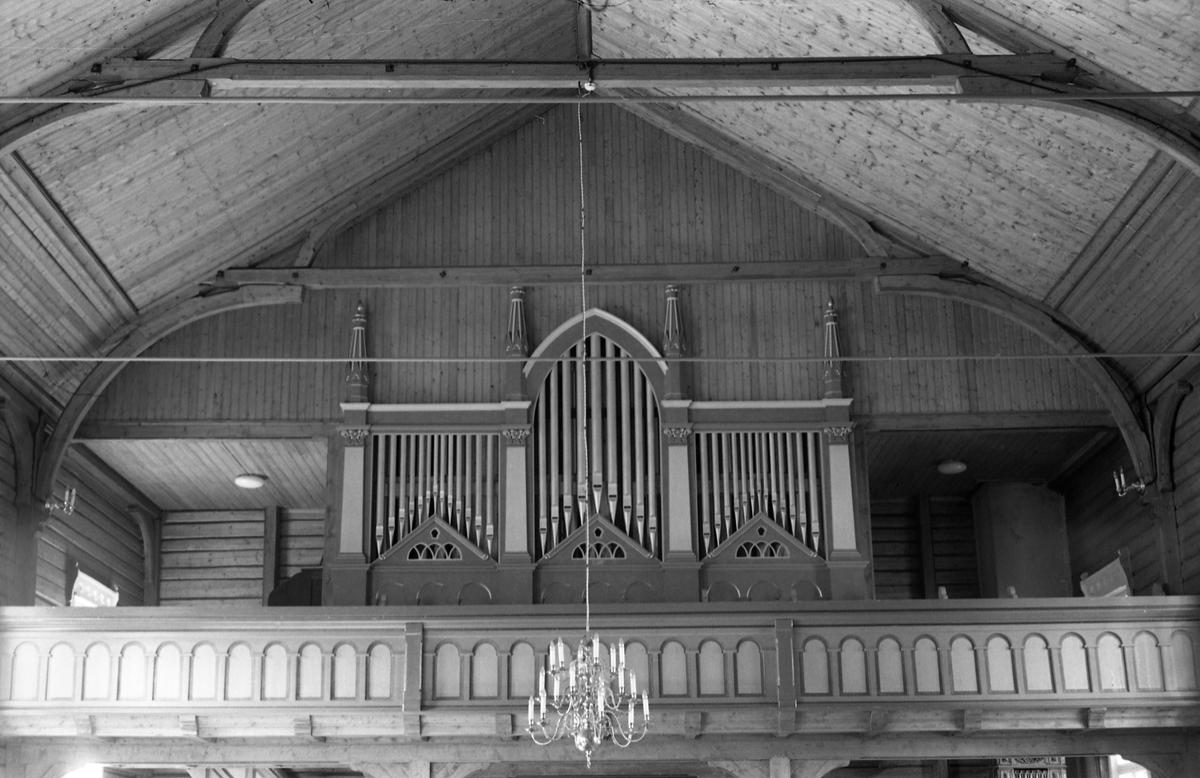 To interiørbilder fra Nordlien kirke i Østre Totenjuli/august 1957. Bildene er tatt mot orgelet.