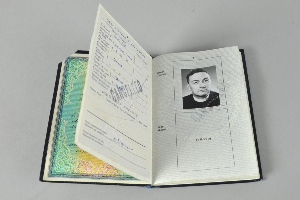 Svart pass utstedt i Storbrittania. Passet er stemplet utgått og øverste høyre hjørne er kuttet.